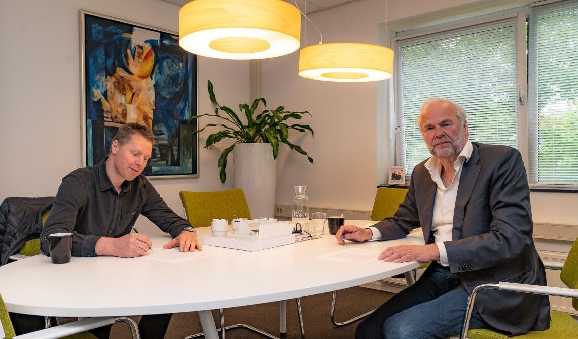 <p>Wethouder Wim van der Zanden en directeur-bestuurder Rob Dekker van Woonstichting JOOST tekenden de brief vorige week. (Foto: Hans van Doorn)</p>