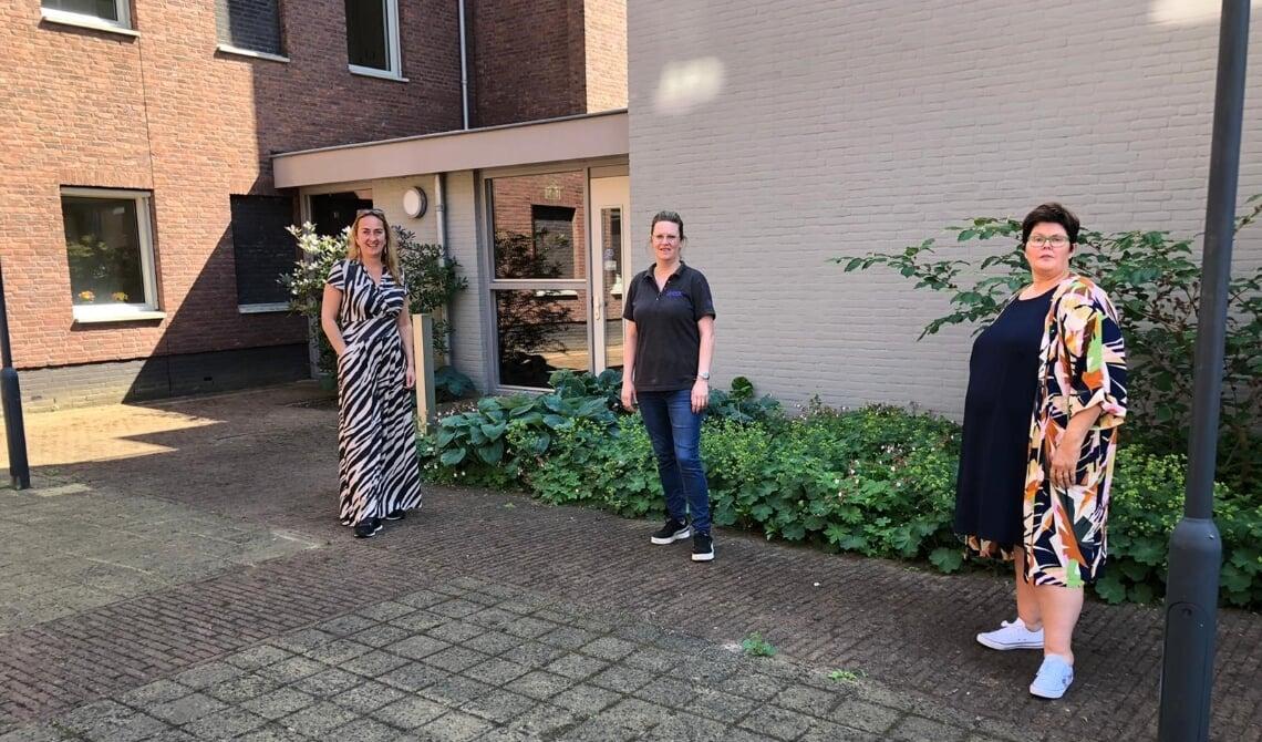 Op de foto van links naar rechts: Inge Huisman (manager Sociaal Beheer bij JOOST), coördinator Marijke Romijnders en Janny van de Sande (directeur Stichting Broodnodig) op de locatie waar straks het nieuwe terras verschijnt.