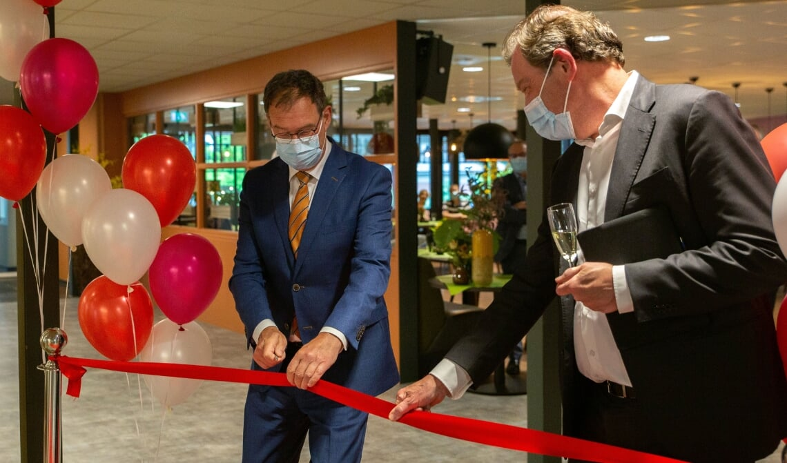 Burgemeester Ronald van Meygaarden (l.) verrichtte de opening door het lint met een scalpel door te snijden.