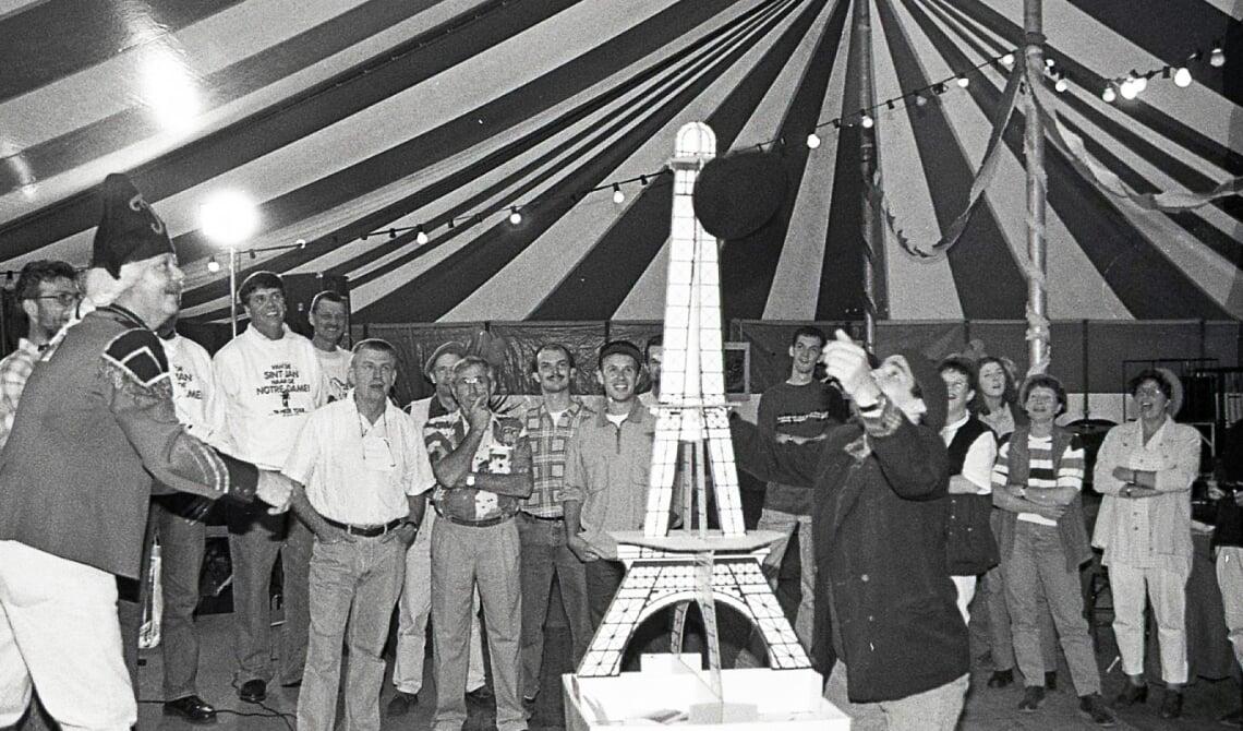 <p>Links secondant Leo Huijbers en rechts Frans Adriaans. Zij proberen een een alpinopet aan de Eifeltoren te hangen. Onderdeel van de zogenaamde &#39;Frans-z&#39;n-avond&#39;.&nbsp;</p>
