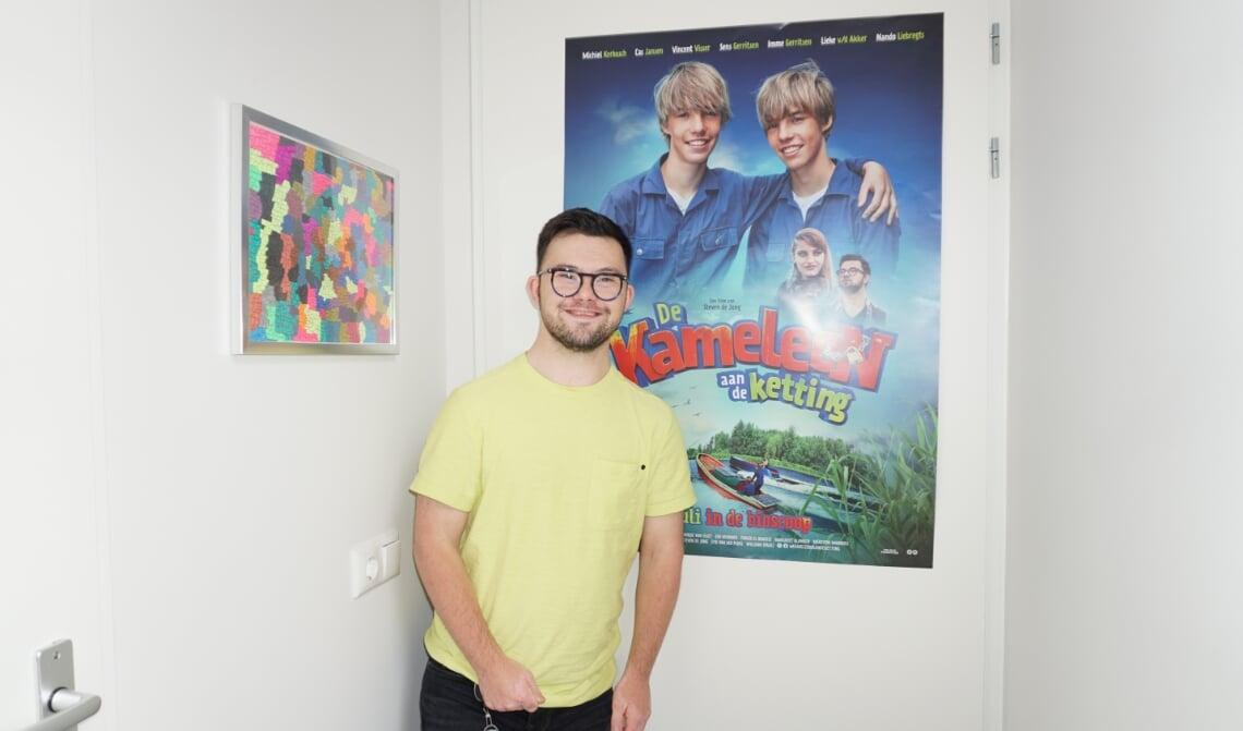 <p>Nando, v&oacute;&oacute;r de Kameleon-poster in zijn appartement. (Foto: Sander van Kasteren)</p>
