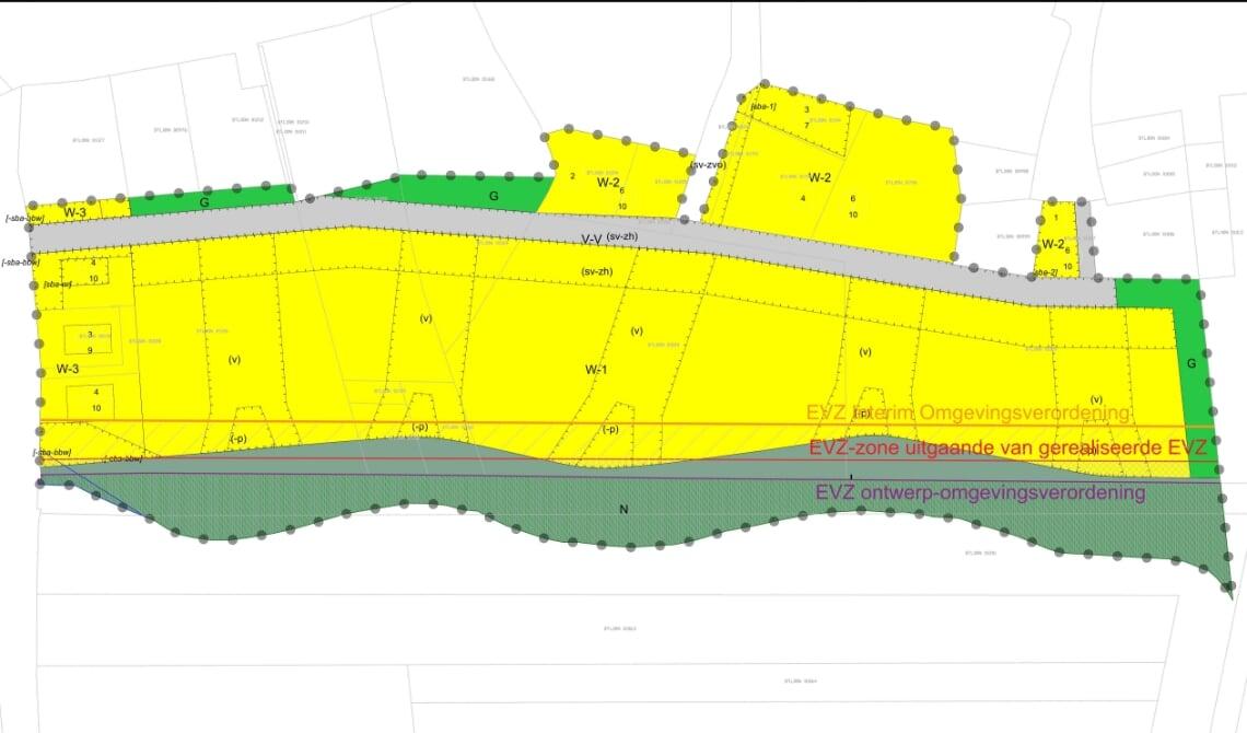 <p>De 'oude' grens van de Ecologische Verbindingszone (oranje lijn), de foutieve lijn die Boxtel in het plan heeft opgenomen (rood) en de volgens Boxtel correcte lijn van de grens van de verbindingszone (paars) in het plan.</p>