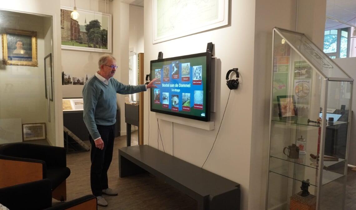 <p>MUBO-voorzitter Willem van Vossen toont &eacute;&eacute;n van de tien nieuwe touchscreens.</p>