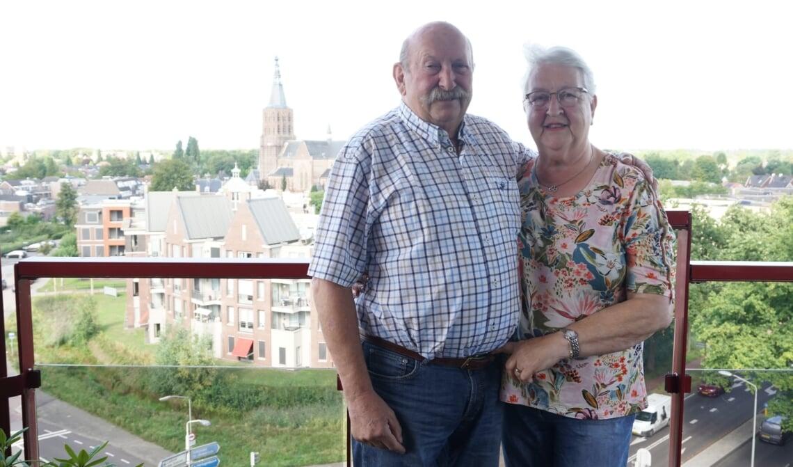 <p>Henk en Jos&eacute; Voermans genieten al zo&#39;n 14 jaar van het prachtige uitzicht in hun woning aan de Alidade. (Foto: Sander van Kasteren)</p>