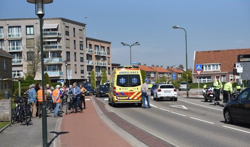 De ambulance bij een ongeval op de Ten Ankerweg in Tholen.