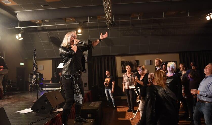 Mireille Quist van de Thoolse rockband Rock Solid op het podium.