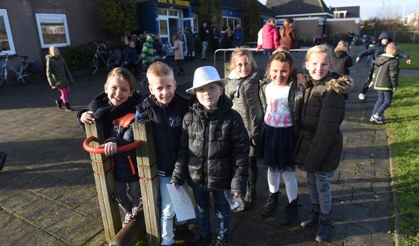 Leerlingen van de Juliana van Stolbergschool op hun plein.