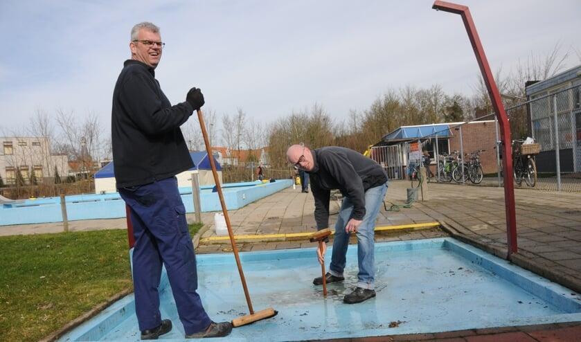 Zaterdag 30 maart hebben vrijwilligers het zwembad weer schoongemaakt, zoals hier op de foto in 2017.