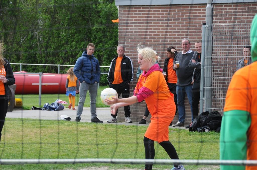 Bij voetbalvereniging Stavenisse wordt volleybal gespeeld. De puzzeltocht 's ochtends werd afgelast.  © Eendrachtbode