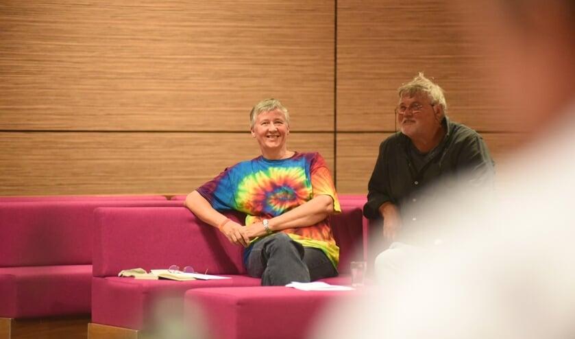 Corrie van der Horst (links met regenboogshirt) tijdens de vergadering waarin de motie voor het hijsen van de regenboogvlag werd aangenomen. Rechts Jac van Akkeren.