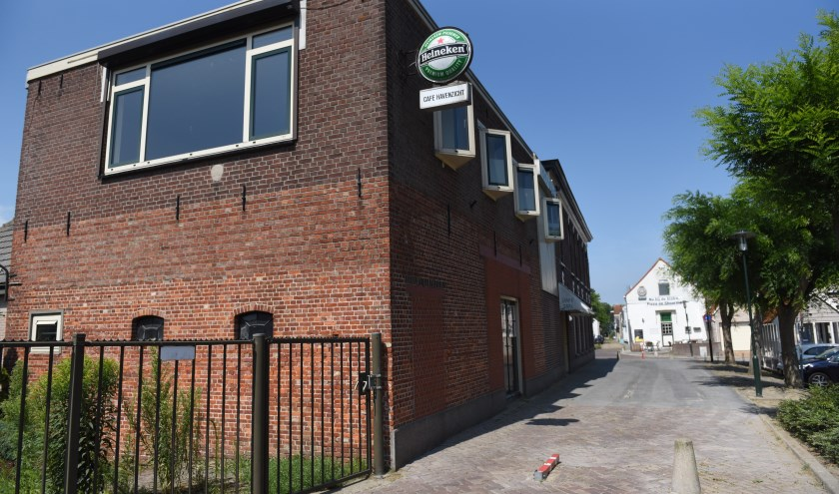 Het al jaren leeg staande café-restaurant Havenzicht in Sint-Annaland zou gevuld kunnen worden met 60 arbeidsmigranten, maar daar heeft de gemeenteraad in een besloten vergadering een stokje voor gestoken.