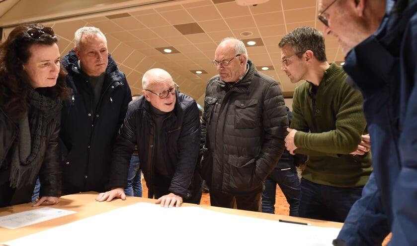 Bezoekers van de informatieavond in de Wellevaete. Links aan het woord Gerrit Bril, inwoner van de Bierensstraat en PVV-commissielid. Rechts in groene trui ambtenaar Joost Krijger.