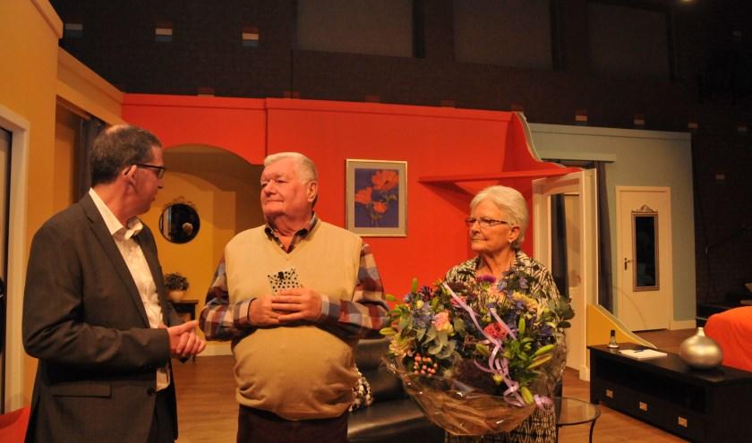 Rien Wessels (midden) en zijn vrouw worden toegesproken door secretaris en regisseur Eric van Hees.