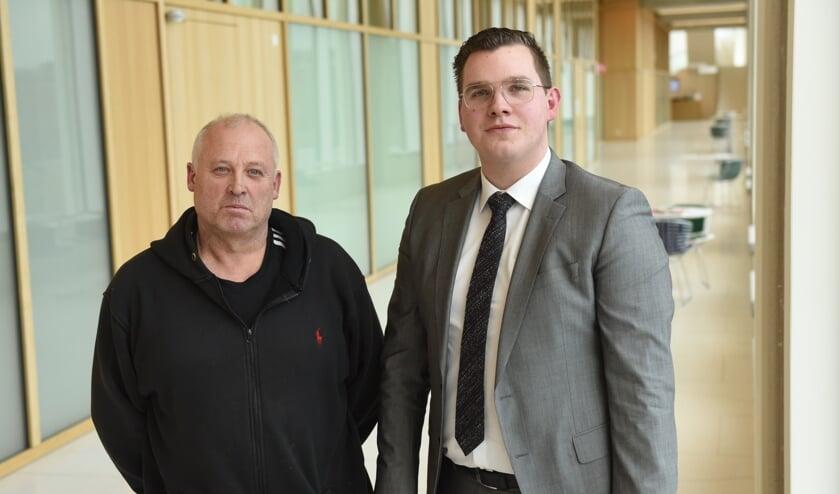 Vincent Bosch (rechts) in de hallen van de rechtbank in Breda. Naast hem collega PVV-raadslid Jack Vaders.