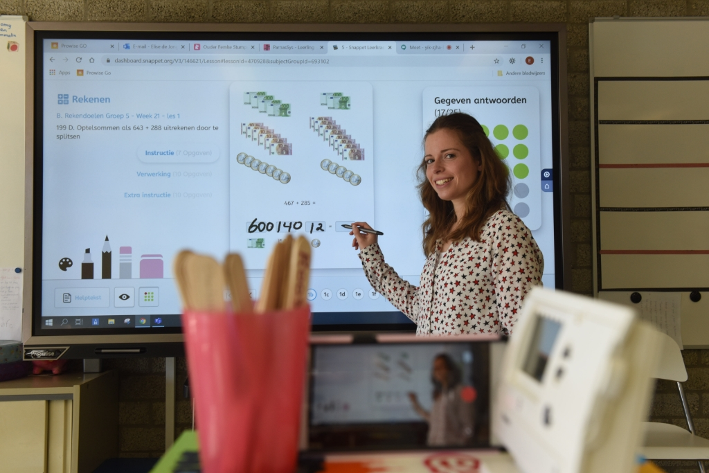 Foto: Juf Elise de Jonge geeft nu digitaal les zonder kinderen in de klas. © Eendrachtbode