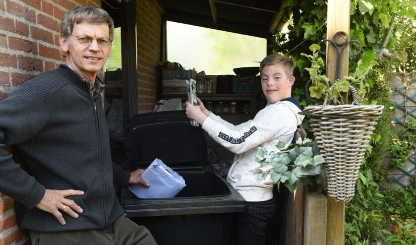 Nico Baaijens en zijn Anthony. Zij hebben wel plek voor de derde container, maar vragen zich af of die groot genoeg is voor al hun maandelijkse oud papier.