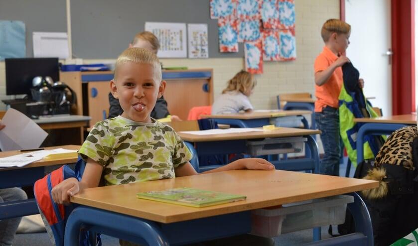 Desley Lamers is hard aan het werk in de kleuterklas van juf Anne Greveling-Scherpenisse op basissschool de Luyster in Sint Philipsland.