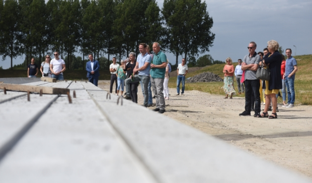 Foto: Kopers kijken hoe de heimachine de palen in de grond slaat. © Eendrachtbode