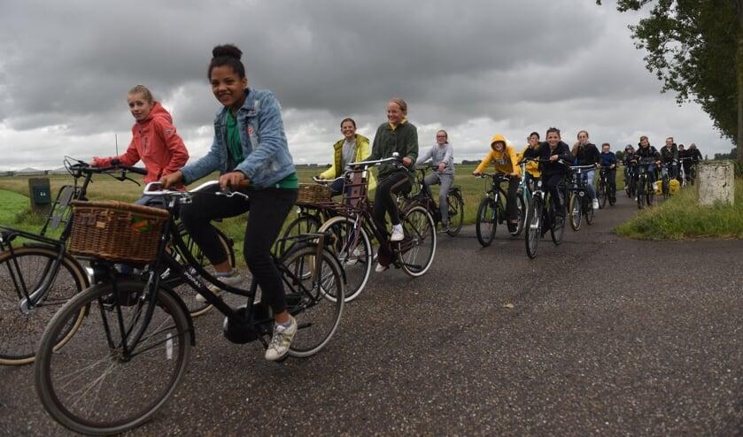 De leerlingen op de fiets door de Weihoek.