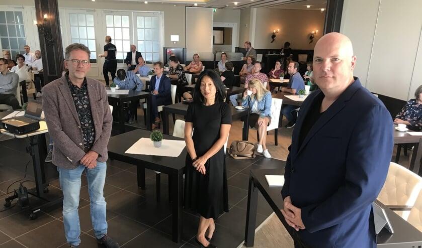 Voorzitter Maartem van der Kooij (rechts) van VPCO Tholen tekende een intentieverklaring met vertegenwoordigers van schoolbesturen van Schouwen-Duiveland.