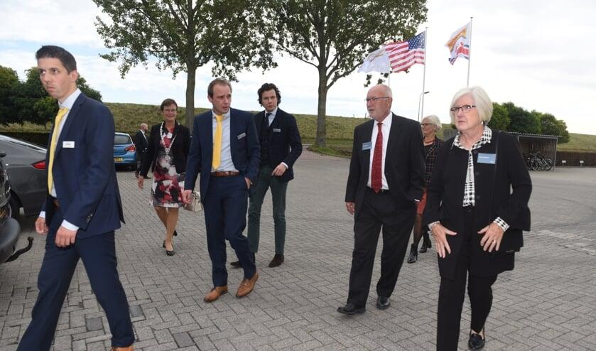 <p>De Profielnorm-directie leidt ambassadeur Pete Hoekstra (rechts met rode stropdas) rond. Naast hem zijn vrouw Diane. Links achterin burgemeester Ger van de Velde.&nbsp;</p>