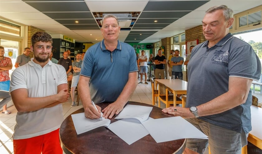 <p>Ren&eacute; Scholts (midden) tekent zijn contract in de kantine van Noad. Rechts Interimvoorzitter John Verbraeken. Links penningmeester Bart van de Velde. </p>