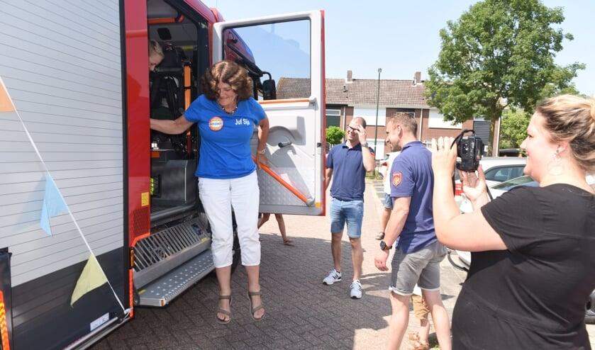 <p>Sija Polderman is met haar man en kleinkinderen rondgereden door de brandweer van Sint Philipsland.</p>