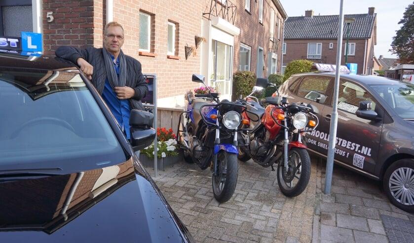 Jan, voor het huis bij zijn wagenpark   | Fotonummer: f65b02