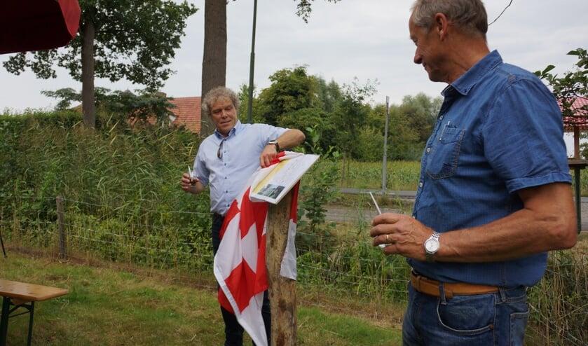 Met 'Boerenjongens' in de hand opende Ad van der Heijden onder toeziend oog van Theo Jansen het Ommetje Rijsingen.   | Fotonummer: 680265