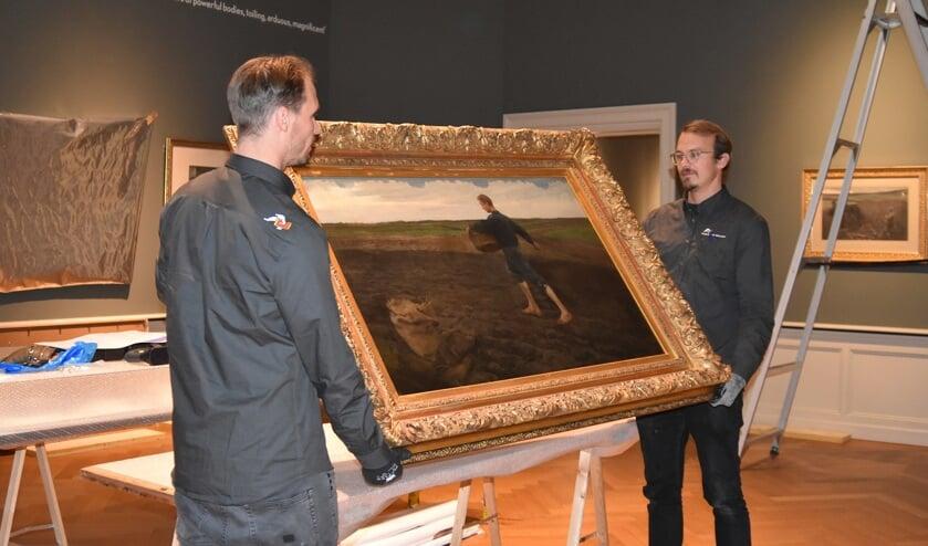 Met de nodige zorg zijn de schilderen verscheept van Rooi naar Den Haag.   | Fotonummer: 187652