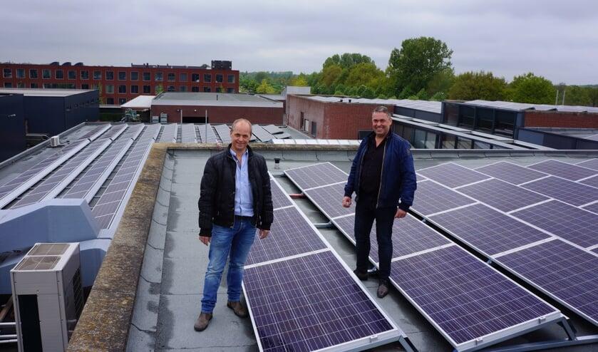 Hans (l) en Erik van Acht op het dak waar de eerste zonnepanelen zijn geplaatst.    | Fotonummer: f6fb8a