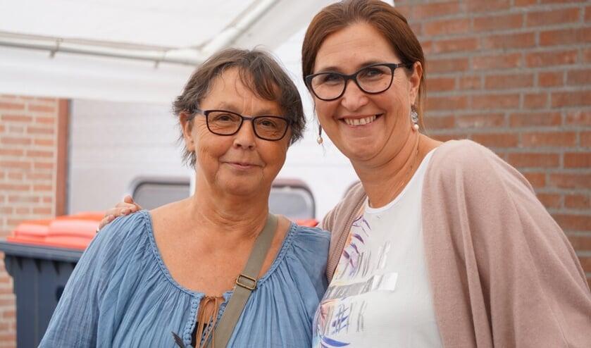 Annie van Kuringe (l) met één van de personeelsleden     Fotonummer: 99462c