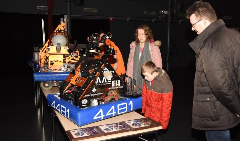 Familieleden vergapen zich aan de robots van eerdere jaren.   | Fotonummer: e31d88