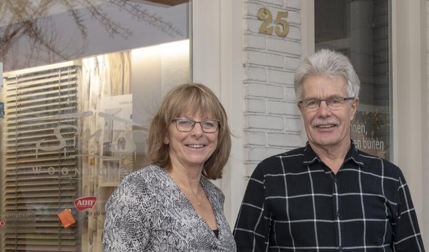 Cor en Trudy voor de huidige winkel aan het Kofferen.   | Fotonummer: 5361a2