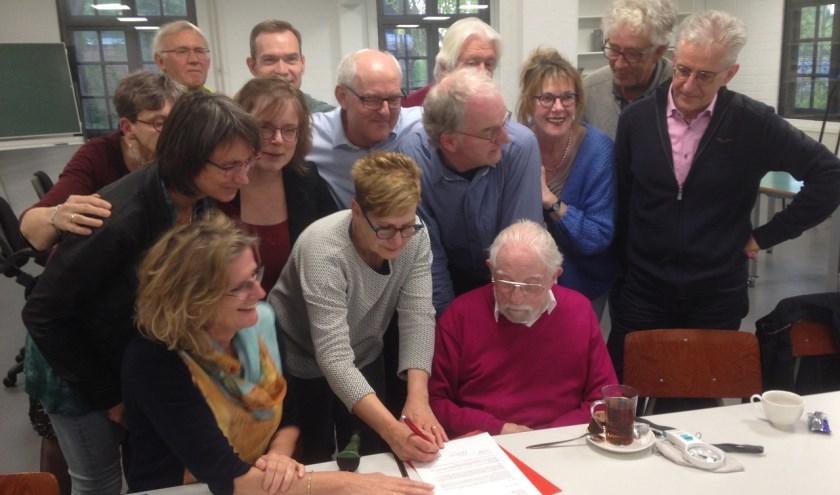 Leden van PvdA Meierijstad ondertekenen petitie     Fotonummer: c095f8