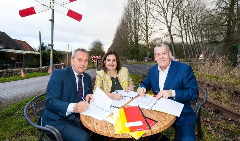 v.l.n.r. Herman van Wanrooij (wethouder Boxtel), Wendy de Wild (directeur ProRail), Harry van Rooijen (wethouder Meierijstad)   | Fotonummer: 220926