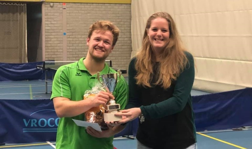 Uit handen van Tamara Konings krijgt Menno van Os de eerste prijs.     Fotonummer: 77851a