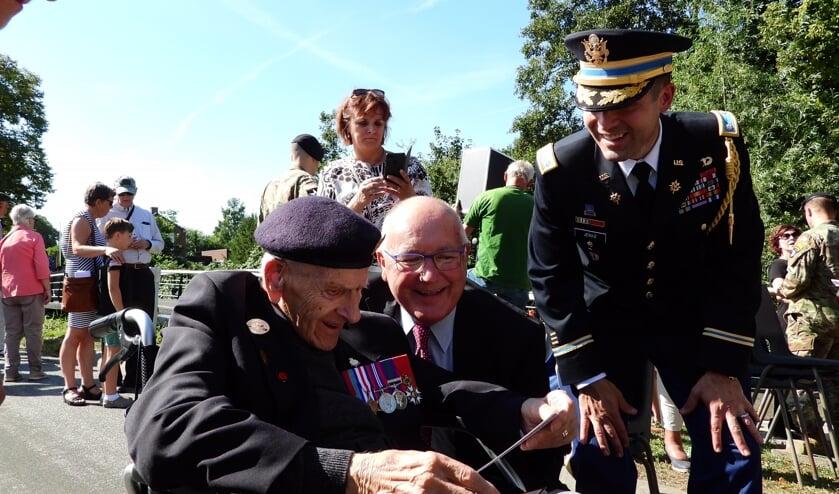 Ambassadeur Hoekstra met een veteraan op de dag van de plechtigheden.   | Fotonummer: 9df291