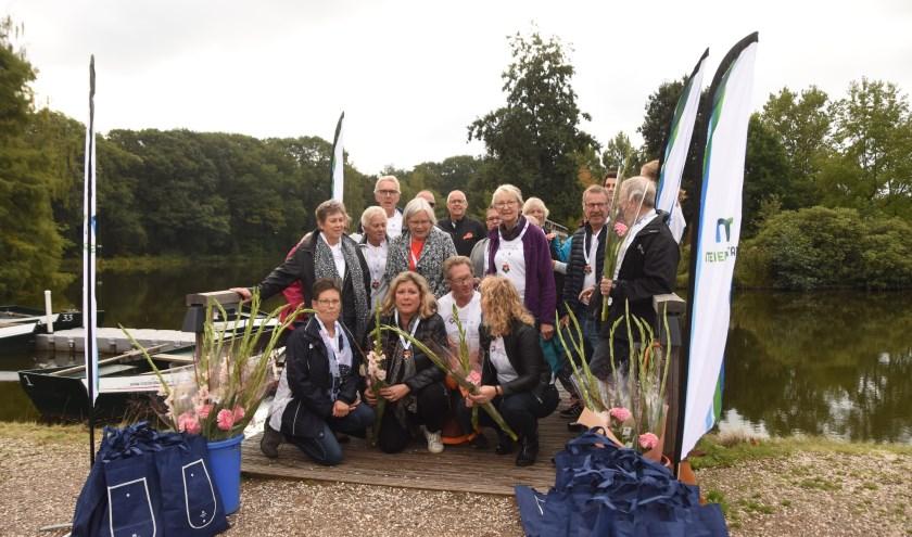 Voor de deelnemers waren er na afloop bloemen en een medaille      Fotonummer: 1a0f6f