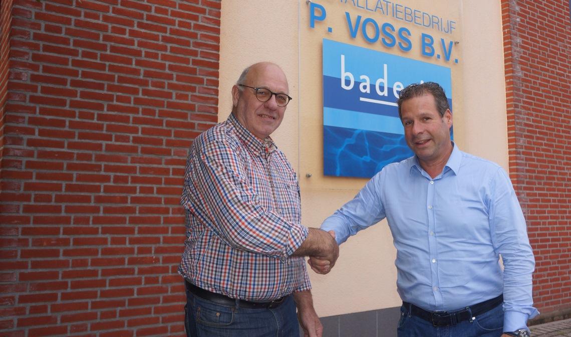 Peter Voss (r) en Frans Govers schudden elkaar de hand.