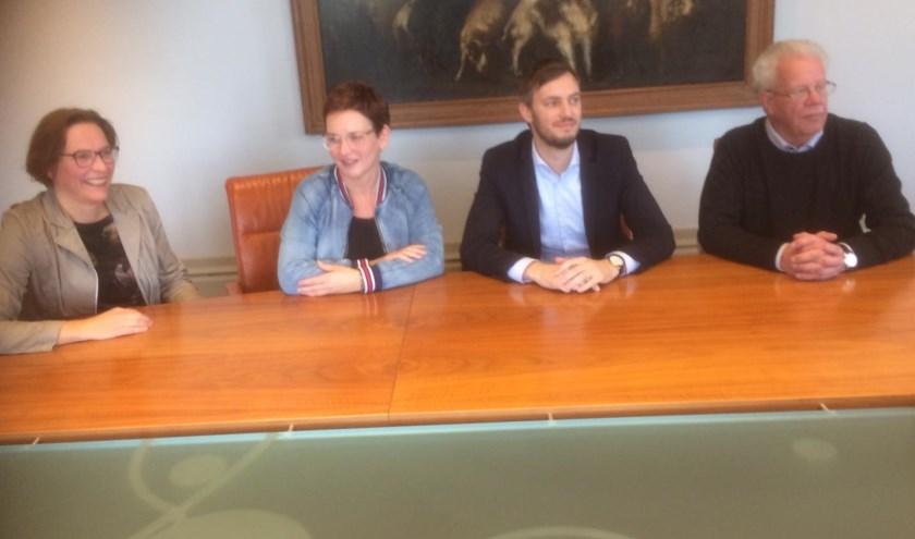 Vlnr ambassadeur Sandra Langenbach, Iris Wijnen, wethouder Rik Compagne en Gerard Visser   | Fotonummer: 590a13