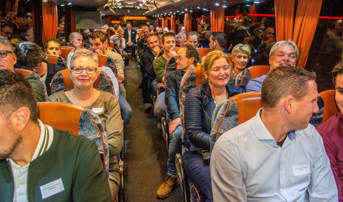 Met bussen werden de ondernemers naar de locatie gereden.
