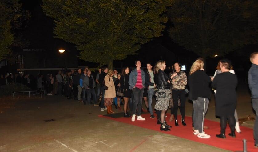 Letterlijk in de rij staan voor de reünie van de school in Nijnsel   | Fotonummer: b3ab74