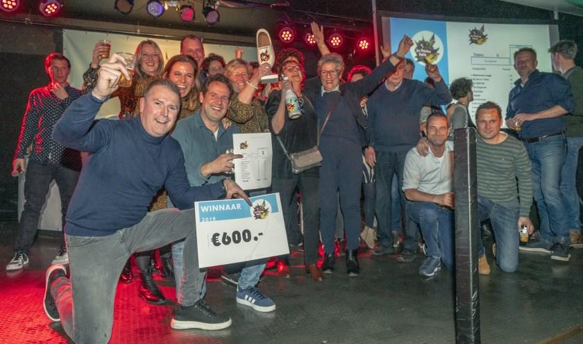 Het team van Tis Rolluk Iet laat de beker en de cheque zien.   | Fotonummer: 7820de