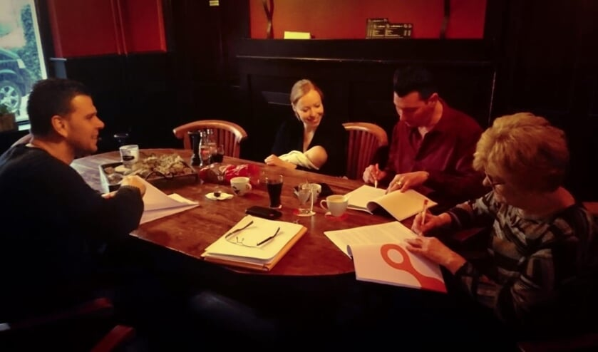 Afgelopen maandag werd het contract ondertekend door Kevin, Myrthe, Michael en zijn moeder Tonnie.   | Fotonummer: 62faa5