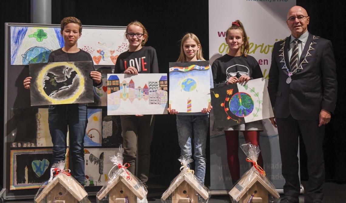 de trotse prijswinnaars op een rijtje, met burgemeester Van Rooij.