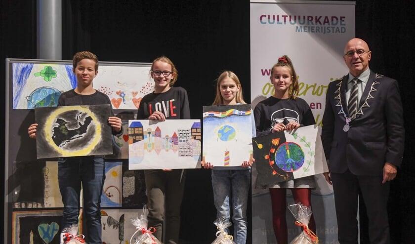 de trotse prijswinnaars op een rijtje, met burgemeester Van Rooij.   | Fotonummer: 870358