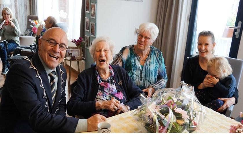 Burgemeester Van Rooij kwam mevrouw De Cock feliciteren,      Fotonummer: 4d1c6b