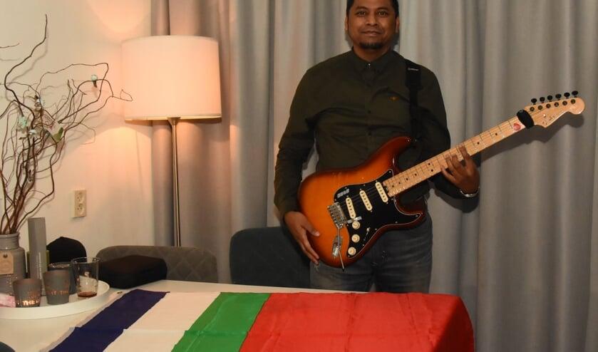 Pesuri Timisela met zijn gitaar en de Molukse vlag   | Fotonummer: 9ecbc8