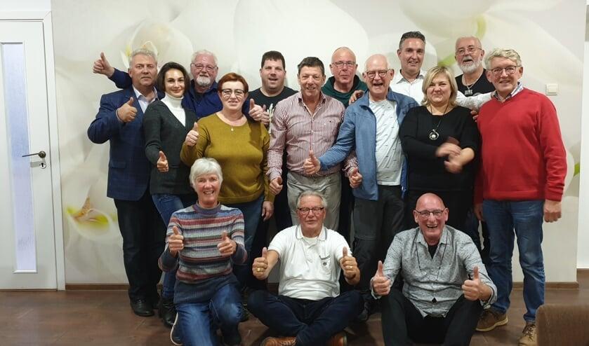 Jeanne (linksonder) op de foto met het team van de Stichting en lokale mensen.   | Fotonummer: ebb8e3